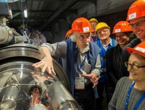 CERN所長、ロルフ・ホイヤー氏が見学者たちにLHCの説明をする。(写真提供 CERN)
